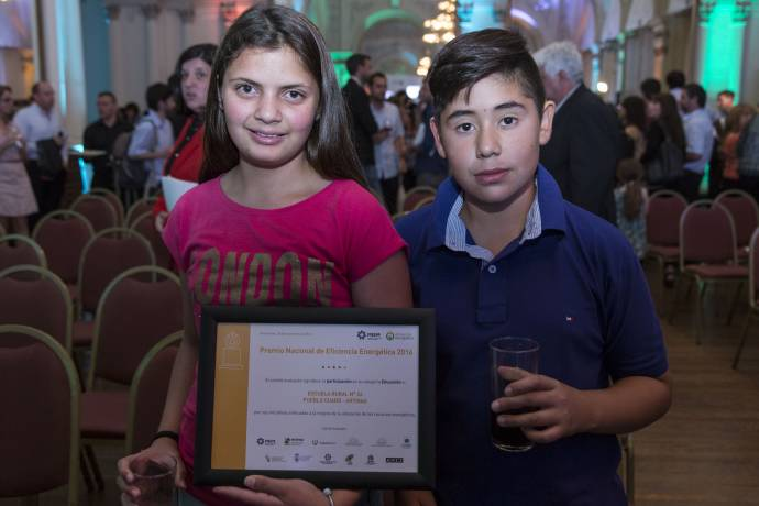 niños con diploma de participación.jpg -