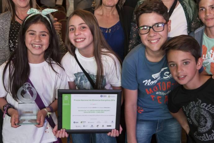 niños estatuilla y diploma.jpg -